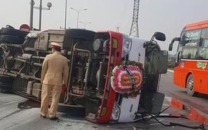 Thanh Hóa: Xe đưa tang chở 20 người vượt đèn đỏ bị xe con đâm lật giữa đường