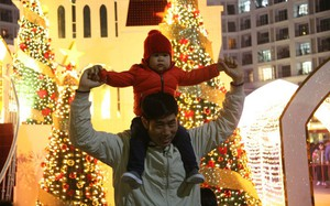 """Hà Nội rét căm căm, hàng nghìn người dân vẫn ùn ùn kéo đến TTTM trong đêm """"check in"""" trước lễ Giáng sinh"""