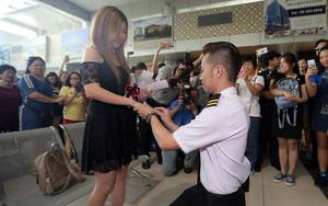 Thấy bạn trai bị cảnh sát bắt ở sân bay, cô gái hoảng hốt không hiểu chuyện gì thì bất ngờ được phi công cầu hôn