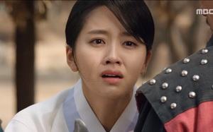 """""""Mặt nạ quân chủ"""": Kim So Hyun đau đớn nhìn người yêu chém đầu cha mình"""