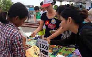 Hà Nội: Hàng nghìn người kéo nhau đi mua sách giảm giá, chỉ 3.000 đồng/cuốn