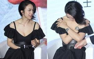 Thang Duy mặc váy quá gợi cảm đành ngượng ngùng lấy tay che ngực