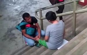 Chẳng nề hà ai nhìn ai nói, anh chồng quỳ xuống bóp chân cho vợ bầu giữa chốn đông người
