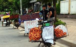 """Hà Nội: Chiêu """"câu khách"""" hiệu quả bậc nhất của chủ những xe hàng rong buôn bán trái cây ven đường"""