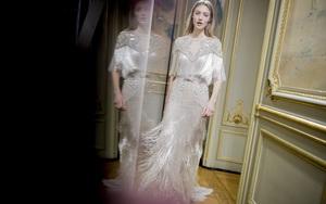 Có gì ở chiếc váy đính tới 12.000 sợi tua rua của Monique Lhuillier?