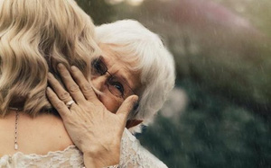 Không phải áo cưới sa hoa lộng lẫy, cô dâu đã chọn trang phục khiến người bà nói không nên lời