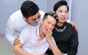 """Đàm Vĩnh Hưng cười ngại ngùng sau nụ hôn """"hụt"""" của Quang Lê"""