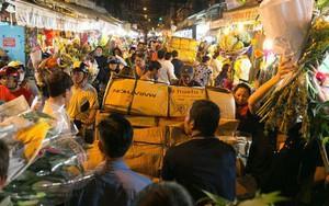 Chùm ảnh: Tối 29 Tết, chợ hoa lớn nhất Sài Gòn vẫn chật kín người mua kẻ bán