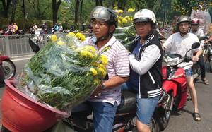 """Tới giờ dẹp chợ hoa xuân ở Sài Gòn, cây cảnh bán tháo rẻ như cho nhưng vẫn bị người dân """"ép"""" giá"""