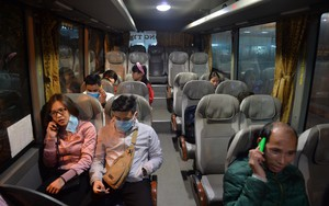 Những hành khách cuối cùng rời bến, lên xe về quê tối 30 Tết đón năm mới