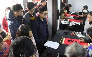 Hà Nội: Ông Đồ quá tải, người dân xếp hàng dài chờ đợi tại Văn Miếu chờ xin chữ đầu năm mới