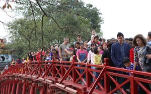 Mùng 2 Tết: Người dân chen chân lên cầu Thê Húc, Phủ Tây Hồ chật cứng người đi lễ
