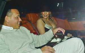 """""""Cô đào bốc lửa"""" Jennifer Lopez ăn diện sexy, đeo nhẫn kim cương khủng đi hẹn hò với người yêu"""