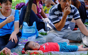 """Đông nghịt ngày cuối cùng nghỉ Tết, Thảo Cầm Viên Sài Gòn hóa thành """"bãi ngủ"""" khổng lồ"""