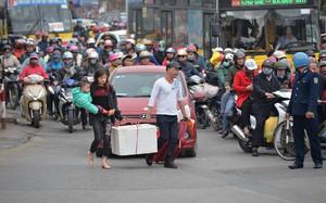 Người dân ùn ùn trở về Hà Nội sau kỳ nghỉ Tết kéo dài khiến lực lượng chức năng chật vật phân làn giao thông