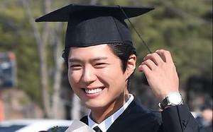 """""""Bạn trai quốc dân"""" Park Bo Gum cười tươi hết cỡ trong ngày tốt nghiệp Đại học"""