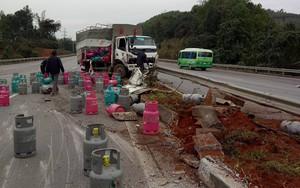Xe chở gas lật trên cao tốc Nội Bài - Lào Cai, một người bị thương nặng