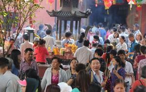 Đội nắng, hàng ngàn người đến chùa Ngọc Hoàng chen nhau khấn vái trong ngày cúng chư thiên