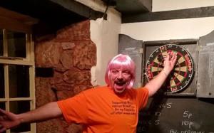 Ngày nào anh ấy cũng đội bộ tóc giả màu hồng rực rỡ, hỏi ra mới biết tất cả là vì người vợ thân yêu