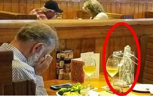 """Bức ảnh người đàn ông mang tro cốt của vợ đến nhà hàng để """"cùng ăn một bữa"""", nhiều người nhận ra mình đã quá vô tâm trong tình yêu"""
