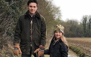 Không còn là cô bé mặc đồ hiệu, Harper Beckham lấm lem bùn đất khi về miền quê cùng gia đình