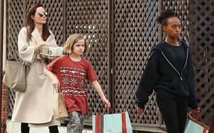 Angelina Jolie có hàng trăm tỷ, nhưng con gái cô lại mặc đồ giản dị và tự xách đồ khi mua sắm