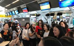 Hương Giang bị trễ chuyến bay về Việt Nam, kẹt giữa vòng vây người hâm mộ ở phi trường