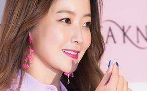 Diện cả cây màu sến còn móng tay thì xanh lè, Kim Hee Sun may vẫn được châm chước nhờ nhan sắc không tuổi