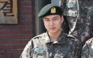 """Hé lộ hình ảnh đầu tiên Lee Min Ho diện quân phục: Mặt tròn tăng cân nhưng vẫn """"soái ca"""""""