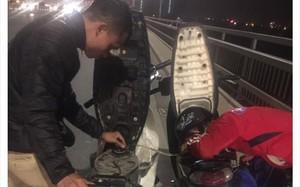 Câu chuyện cảm động: Thấy vợ chồng trẻ dắt xe máy trên cầu Nhật Tân, chàng trai xứ Nghệ liền dừng lại để hút xăng từ xe mình cho người bạn xa lạ