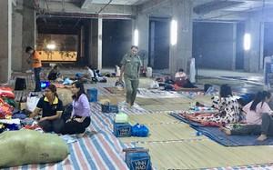 Sau 1 đêm thức trắng vì cháy, hàng chục người dân chung cư Carina lại nằm vạ vật trong nhà tạm lánh, dùng đồ từ thiện