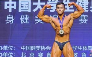 """Ăn 70 lòng trắng trứng mỗi ngày trước cuộc thi thể hình, chàng trai gầy gò """"lột xác"""" với cơ thể cường tráng, giành luôn ngôi vô địch"""