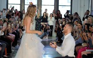 Chưa từng xảy ra: Người mẫu được cầu hôn khi đang trình diễn váy cưới