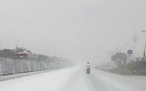"""Hải Dương: Quốc lộ 5 bỗng dưng bị """"tuyết lạ"""" phủ trắng xóa không rõ lý do"""
