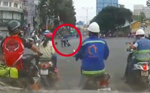 Clip: Cô gái bị cướp giật túi, kéo lê vài chục mét giữa ngã tư Sài Gòn