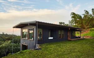 Ngôi nhà nhỏ xíu trên sườn đồi, bên ngoài đơn sơ giản dị mà ai cũng phải choáng ngợp khi bước vào trong