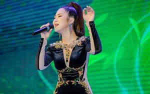 Hương Tràm run rẩy khi nhiều khán giả livestream cô hát tại Hà Nội