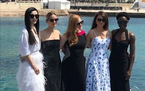"""Trong khi Băng Phạm cố mặc """"chặt chém"""" thì nữ diễn viên này làm điều ngược lại, phá vỡ cả luật thảm đỏ của Cannes"""