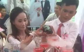 MC đám cưới làng đang gây bão MXH tiết lộ nhiều chi tiết bất ngờ về cặp đôi - chú rể 28 tuổi, cô dâu 39 tuổi