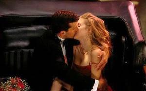 """Dấu hiệu cho biết chàng không chỉ yêu mà còn """"phát điên"""" vì bạn"""