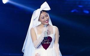 Chắc vừa mơ làm công chúa nhưng vẫn ham hố hóa cô dâu nên Văn Mai Hương mới ăn vận thế này đi hát