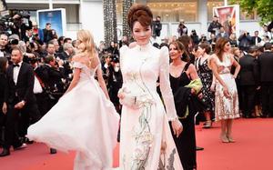 Lần đầu mang tà áo dài lên thảm đỏ LHP Cannes, Lý Nhã Kỳ thu hút sự chú ý với vẻ đẹp nền nã đầy sang trọng