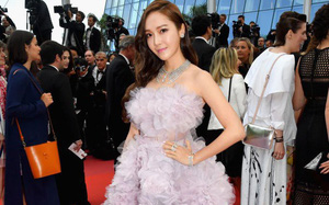 """Tưởng phải """"chặt chém"""" trên thảm đỏ Cannes, nhưng Jessica lại có phần mờ nhạt và sến khi diện đầm tím mộng mơ"""