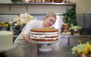 """Cận cảnh quá trình công phu làm ra chiếc bánh cưới """"lịch sử"""" của Hoàng tử Harry và Meghan Markle"""