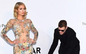 Paris Hilton khiến nhiều người ghen tị khi được hôn phu cúi mình chỉnh váy trên thảm đỏ