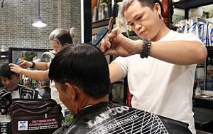 """Chủ tiệm cắt tóc miễn phí cho người nghèo, khuyết tật ở Hội An: """"Tôi chạy ra giải thích và mời thì họ mới dám vào, thấy thương lắm!"""""""
