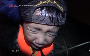 """""""Bố ơi"""": Con trai Nguyễn Hải Phong khóc ngất vì bị bắt vào rừng giữa đêm mà không có bố"""