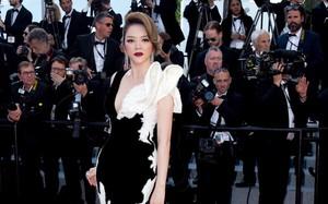 Lý Nhã Kỳ diện váy đen trắng đối lập, mang sự tự do và huyền bí lên thảm đỏ Cannes ngày cuối