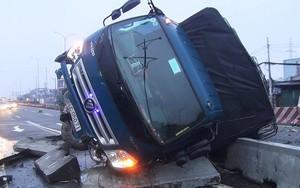 Xe tải lật trên quốc lộ 1A trong mưa, tài xế, phụ xe mắc kẹt
