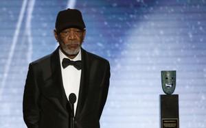 """Sau lời xin lỗi, Morgan Freeman khẳng định chỉ """"pha trò vô duyên"""" chứ không quấy rối và cưỡng ép quan hệ"""
